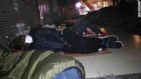 Gli africani dormono per strada a Guangzhou dopo essere stati incapaci di trovare riparo.