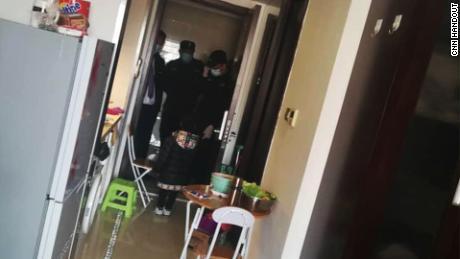 La polizia viene a casa di un residente africano a Pechino.