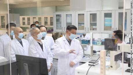 Il presidente cinese Xi Jinping ispeziona la ricerca scientifica sul coronavirus durante la sua visita all'Accademia di Scienze mediche militari a Pechino il 2 marzo.
