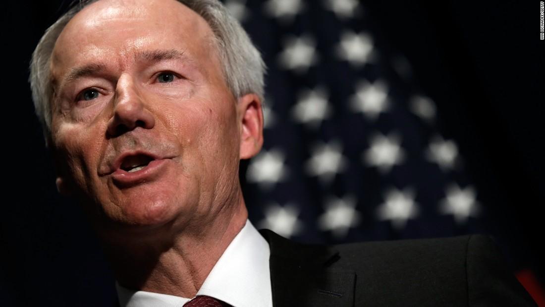 """Il governatore dell'Arkansas difende gli ordini di soggiorno domiciliare in tutto lo stato come """"successo"""""""