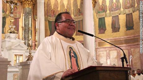 Il reverendo Jorge Ortiz-Garay parla dal pulpito della chiesa di St. Brigid a Wyckoff Heights, Brooklyn.