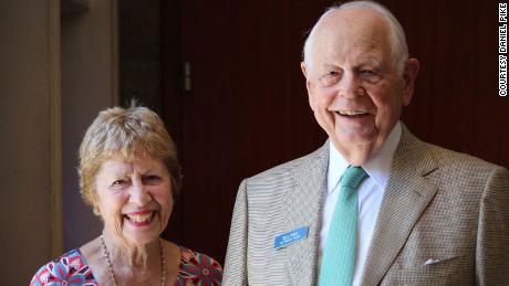 Cathie e Bill Pike, un uomo del Connecticut che ha ricevuto i suoi ultimi riti per telefono.
