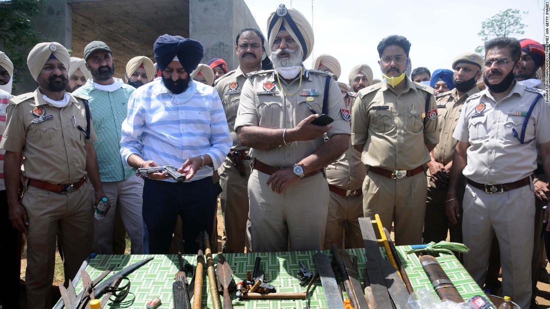 La mano dell'ufficiale di polizia indiano ha tagliato durante l'attacco della spada durante il blocco del coronavirus