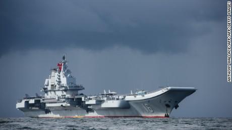 La portaerei cinese Liaoning arriva a Hong Kong in questa foto dell'archivio 2017.