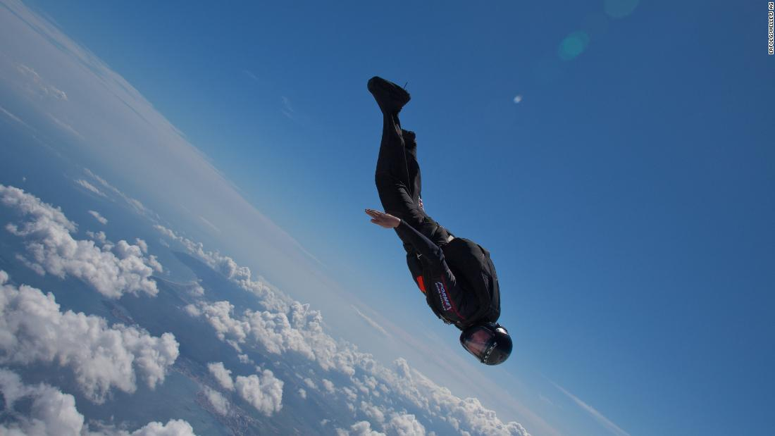 Marc Hauser: Skydiver completa il suo primo salto nel jet stream per promuovere l'energia sostenibile