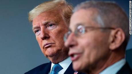 Trump retweet chiamate a licenziare Fauci tra le critiche al coronavirus
