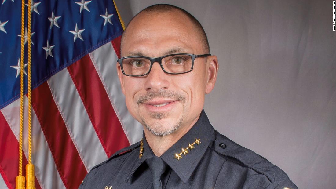 """Capo della polizia della Florida in congedo dopo aver collegato la morte del deputato dello sceriffo coronavirus al """"comportamento omosessuale"""""""