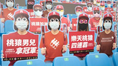 I ritagli dei fan di cartone hanno riempito parti dello stadio per la partita di baseball slavata di sabato.
