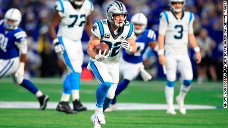 McCaffrey corre con la palla contro gli Indianapolis Colts.