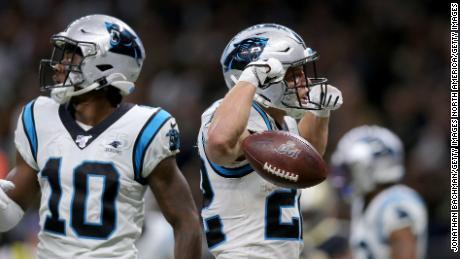 McCaffrey celebra dopo aver segnato un touchdown contro i New Orleans Saints.
