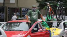 Un gruppo di manifestanti, sostenitori del presidente brasiliano Jair Bolsonaro, si è radunato a favore della riapertura del commercio a San Paolo, in Brasile, l'11 aprile.