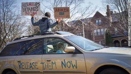 Attivisti che sono rimasti principalmente nelle loro auto per suonare il clacson a distanza sociale fuori dalla residenza del governatore a St. Paul, Minnesota, il 27 marzo.