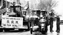 I trattori si allineano nella 15esima strada a Washington mentre la polizia cerca di mantenere l'ordine il 16 febbraio 1979.