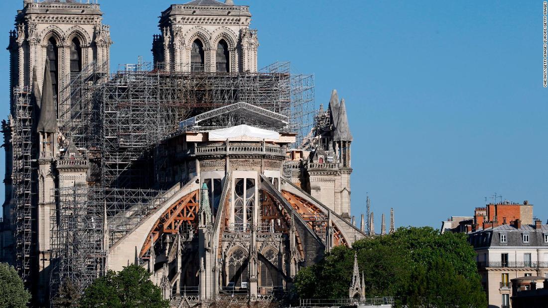 La ricostruzione di Notre-Dame in folle un anno dopo l'incendio