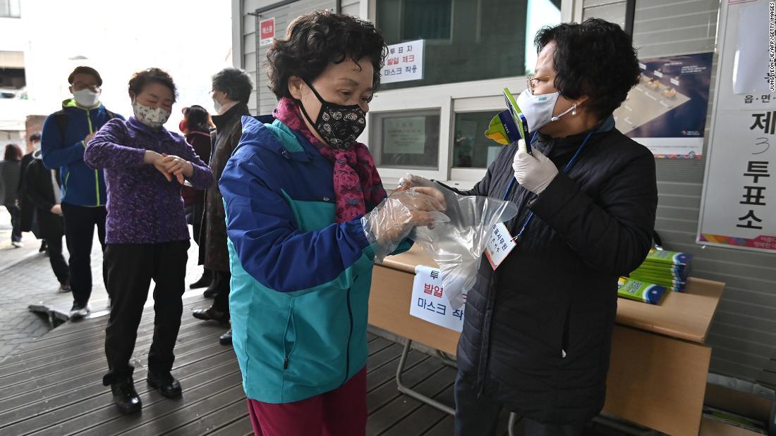 Elezioni sudcoreane 2020: le persone vanno alle urne nonostante l'epidemia di coronavirus