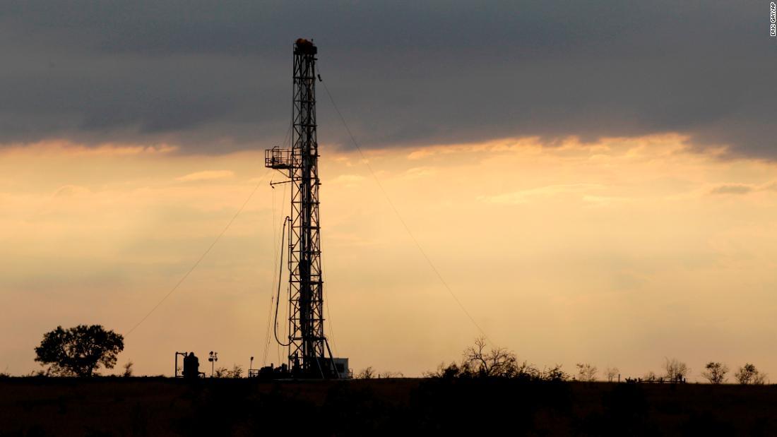 """Prezzi del petrolio in calo: gli Stati Uniti affrontano un calo della produzione """"senza precedenti"""""""