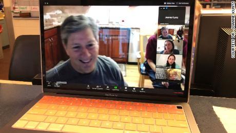 Harvey Rickles e la sua famiglia chiacchierano con la sua matrigna, Margie Ulman.