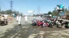 Lavoratori migranti spruzzati con disinfettante nello stato indiano