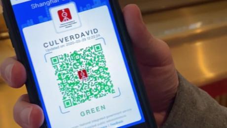 Il corrispondente internazionale della CNN David Culver mostra il suo codice QR per la salute a Shanghai. Un codice verde significa che è in buona salute e sicuro da viaggiare.