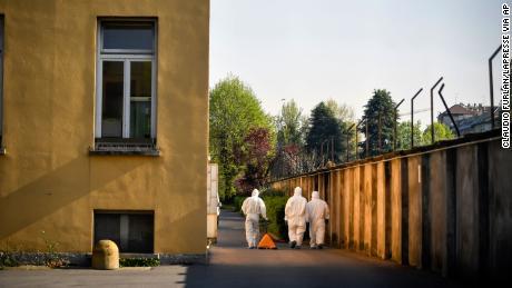 Il personale in indumenti protettivi si reca alla casa di riposo Pio Albergo Trivulzio a Milano martedì 7 aprile 2020.