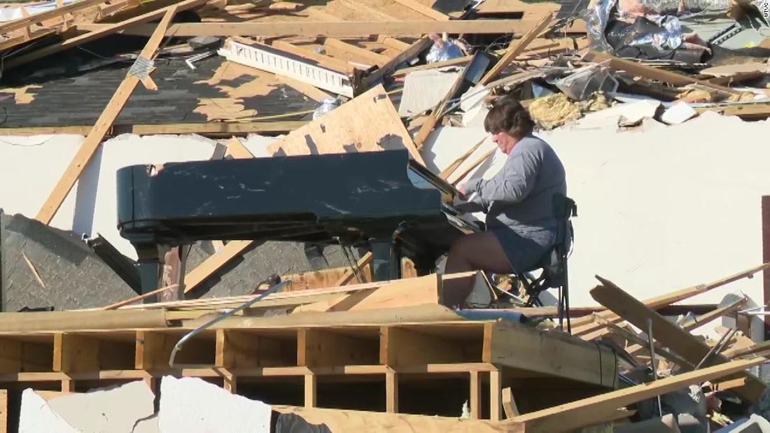 Una donna vide un pianoforte da chiesa tra le macerie dopo un tornado e decise di suonarlo