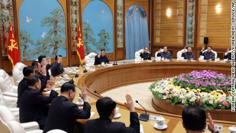 Questa foto fornita dal governo nordcoreano la domenica intende mostrare il leader nordcoreano Kim Jong Un, in cima al centro, durante una riunione dell'ufficio politico del governo al potere & # 39; Sabato festa coreana a Pyongyang.