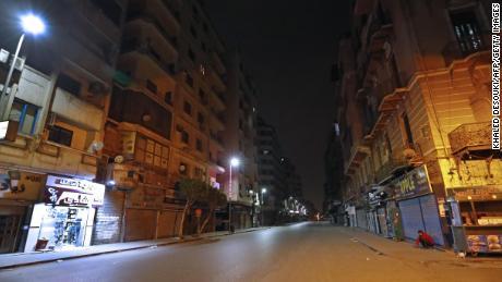 Una strada deserta al Cairo durante la pandemia di coronavirus.