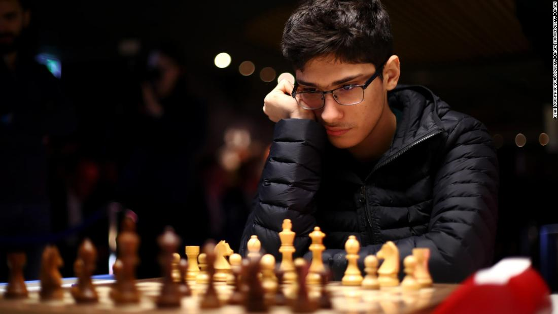Il 16enne iraniano colpisce Magnus Carlsen, il giocatore di scacchi numero 1 al mondo per $ 14.000