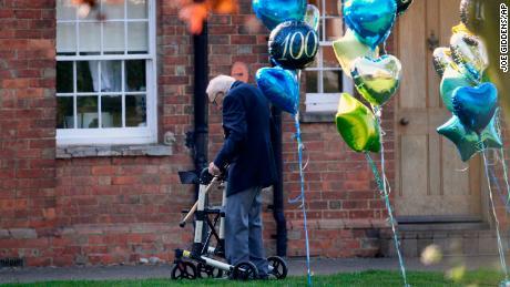 Giovedì, Moore ha completato la sua sfida lunga 100 a casa sua.