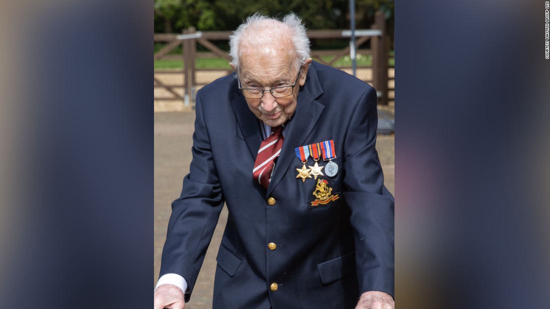 Il capitano Tom Moore, 99 anni, ringrazia il pubblico mentre raccoglie oltre 23 milioni di dollari per il SSN