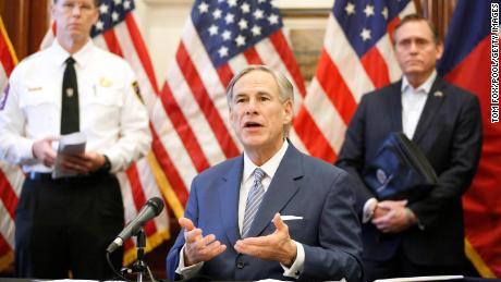 Il governatore del Texas Greg Abbott ha annunciato che il Corpo di Ingegneri dell'Esercito degli Stati Uniti e lo stato avrebbero allestito un ospedale da campo da 250 letti presso il Kay Bailey Hutchison Convention Center nel centro di Dallas durante una conferenza stampa presso il Texas State Capitol ad Austin, domenica 29 marzo. Il 2021.