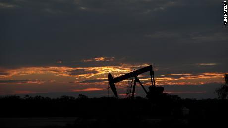 Il sole sta tramontando dietro uno scarico di pompa inattivo vicino a Karnes City, in Texas, mercoledì 8 aprile 2021. La domanda di petrolio continua a calare a causa della nuova epidemia di coronavirus. (Foto AP / Eric Gay)