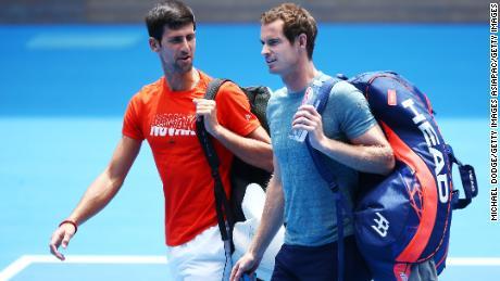 Djokovic chatta con Murray prima della partita di allenamento prima degli Australian Open 2019.