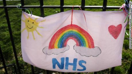 Il servizio sanitario britannico fa parte della sua psiche nazionale. È anche in assistenza respiratoria