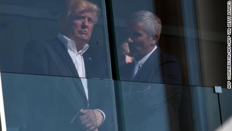 Monahan parla con Trump al Liberty National Golf Club.