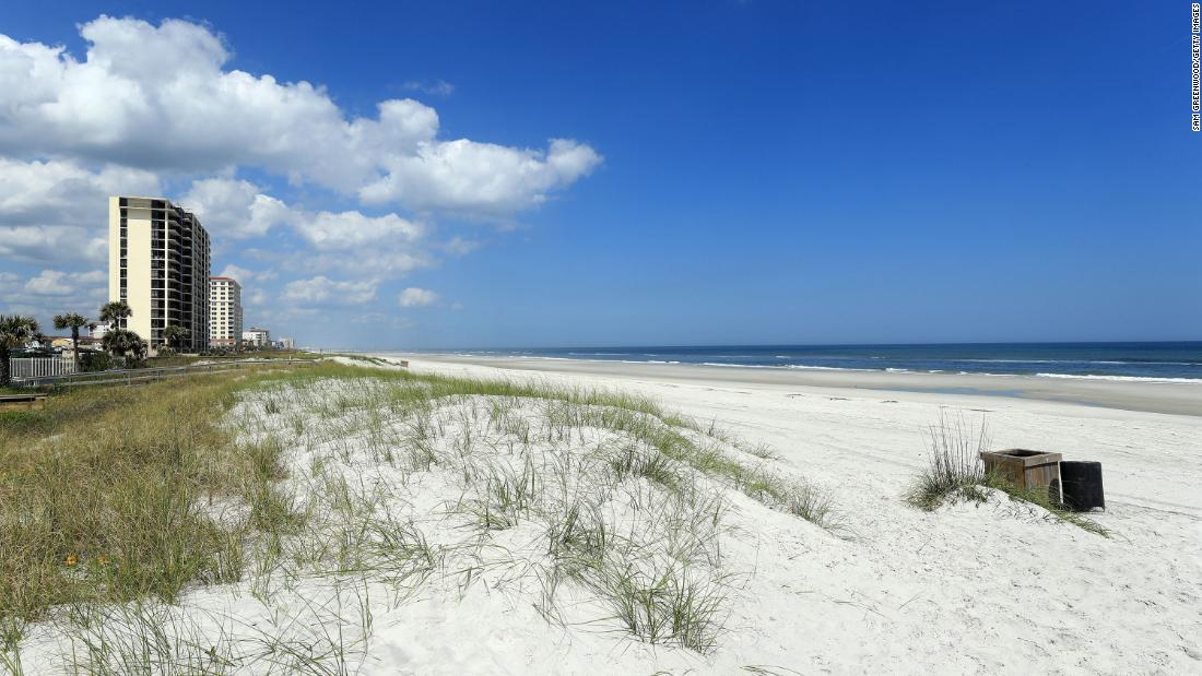 Le spiagge di Jacksonville riaprono in Florida mentre gli stati iniziano a rilassare le restrizioni di soggiorno