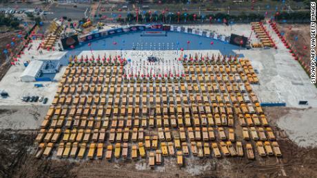 Una foto aerea di camion assemblati alla cerimonia di inaugurazione del nuovo stadio di Guangzhou Evergrande.
