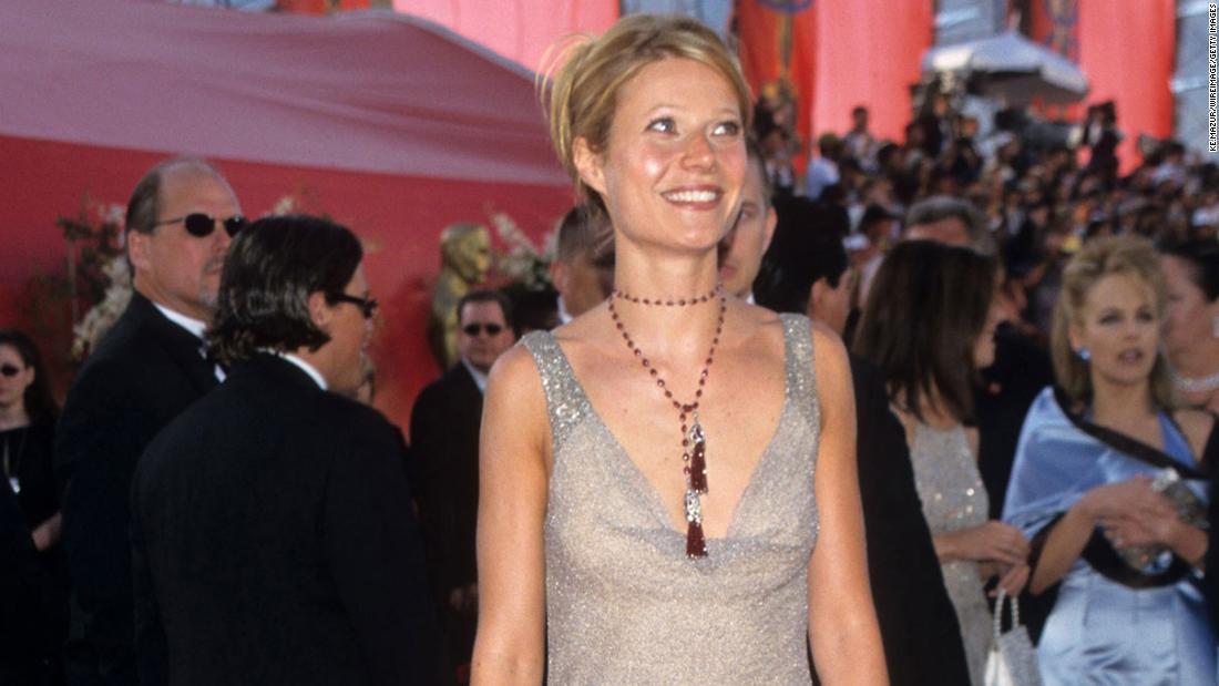 Gwyneth Paltrow sta vendendo all'asta il suo abito degli Oscar 2000 per alleviare i coronavirus. È lo stesso vestito di cui ha riso