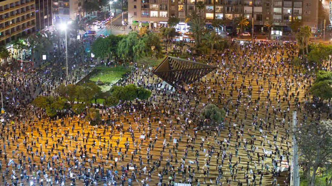 Migliaia di israeliani manifestano contro Netanyahu, a due metri di distanza