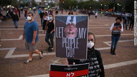 Gli israeliani manifestano domenica in piazza Rabin a Tel Aviv.