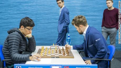 Carlsen e Firouzja competono nel nono round del torneo di scacchi Tata Steel nei Paesi Bassi.