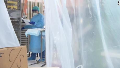 All'interno di un ospedale traboccava di pazienti e morti a Covid-19