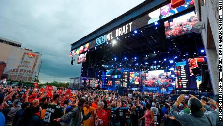 L'anno scorso, oltre 600.000 fan hanno partecipato alla bozza della NFL a Nashville, nel Tennessee, ma tutti gli eventi pubblici sono stati cancellati quest'anno a causa della diffusione del coronavirus.