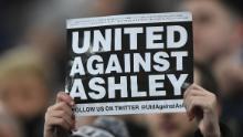 Un fan protesta Mike Ashley nella partita Man City di Newcastle della scorsa stagione.