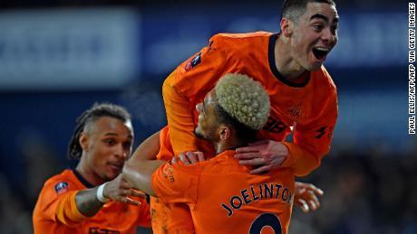 Il centrocampista del Newcastle paraguaiano Miguel Almiron celebra il segno contro il West Brom nella Coppa d'Inghilterra.