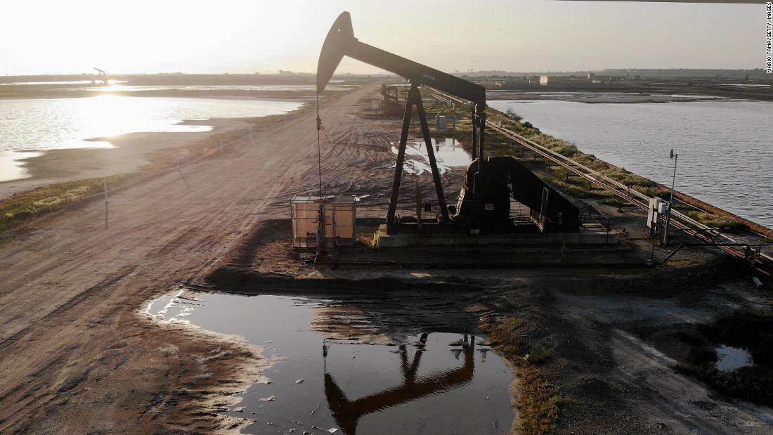 I prezzi del petrolio mondiale rimbalzano dopo aver raggiunto il minimo di 21 anni