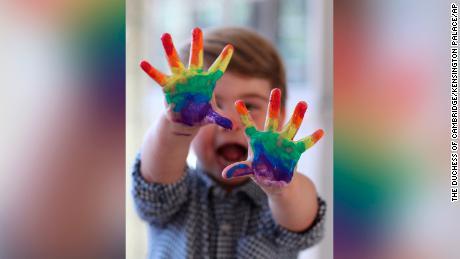 Il principe Louis dipinse un arcobaleno sopra le foto pubblicate per celebrare il suo secondo compleanno.