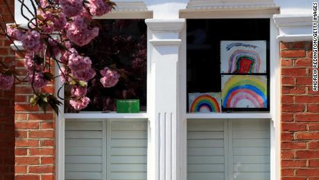 Disegni fatti in casa di un arcobaleno sono mostrati in una finestra il 9 aprile a Londra, Inghilterra.