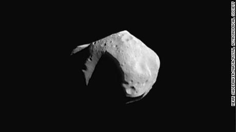 Non abbiamo immagini degli asteroidi scoperti di recente, ma i ricercatori immaginano che assomiglino a questo, chiamato Mathilde, immaginato dalla missione NEAR Shoemaker della NASA nel 1997.