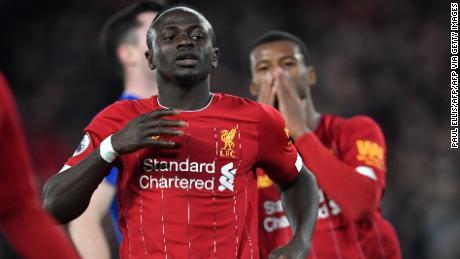 Mane (L) reagisce dopo non essere riuscito a segnare durante la partita di calcio della Premier League inglese tra Liverpool ed Everton ad Anfield il 4 dicembre 2019.